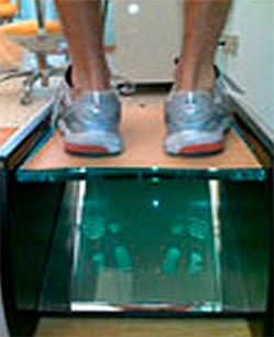 Esame dell'appoggio con plantare inserito nella scarpa in paziente dedito ad attività sportiva agonisticaEsame dell'appoggio con plantare inserito nella scarpa in paziente dedito ad attività sportiva agonistica
